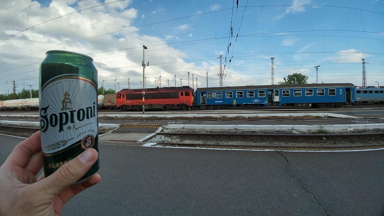 Čakanje na vlak, ki nas je popeljal čez mejo