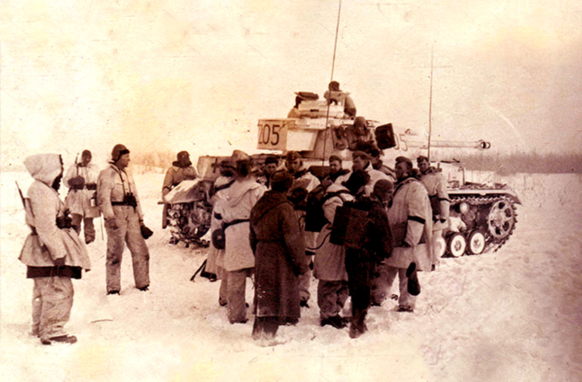 Немачки гренадири и тенк Pz.Kpfw.IV Ausf.F2 на прилазима Лењинграду
