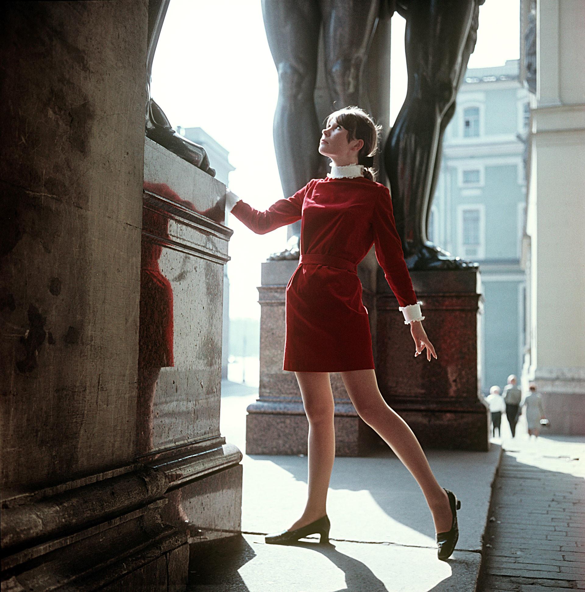 Vestido de terciopelo rojo para jóvenes, 1969.