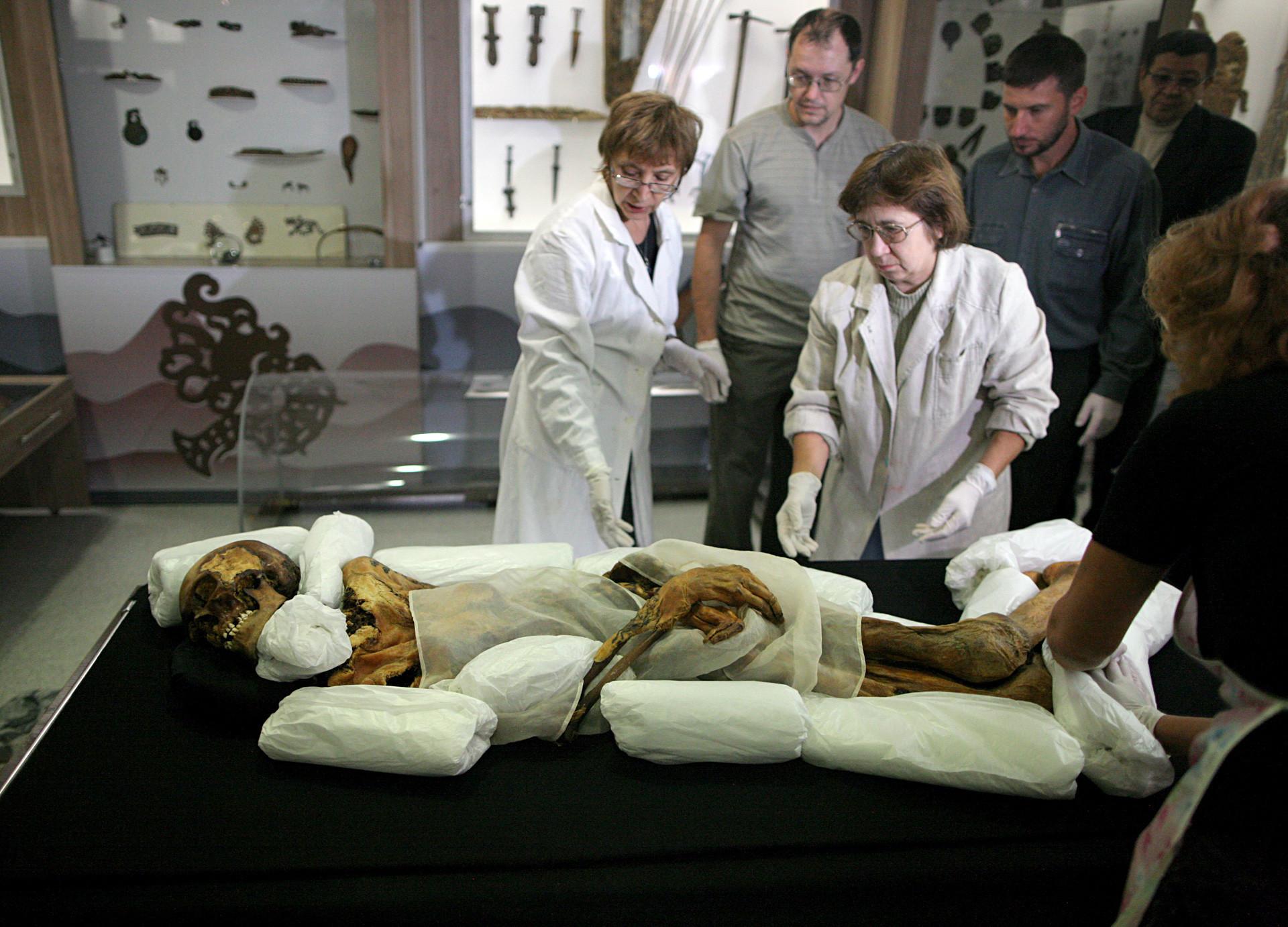 """Персоналот на Археолошкиот и етнографски музеј при Руската академија на науките, филијала Сибир, ја пакува мумијата на принцезата од Укок пред таа да биде испратена во Националниот музеј """"А. Анохин"""" во Република Алтај."""