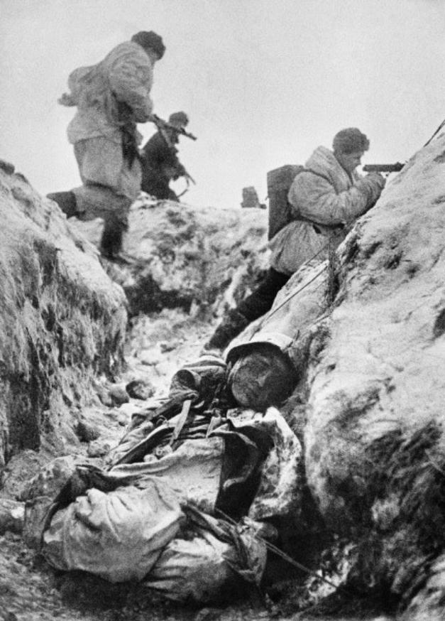 Sovjetski vojaki med zavzetjem nemškega rova, januar 1943.
