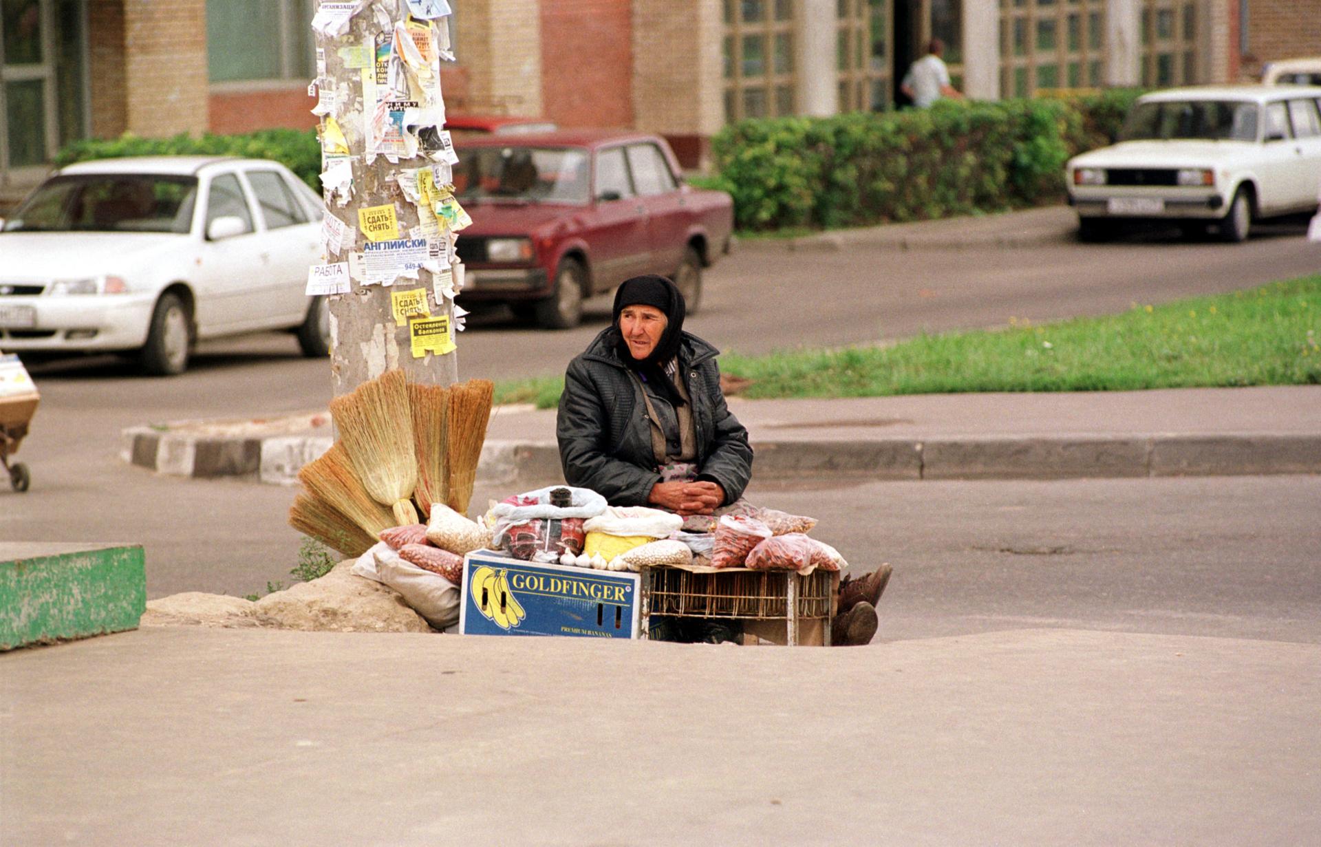 Nekateri upokojenci so prisiljeni iskati dodaten zaslužek s prodajo na ulici.