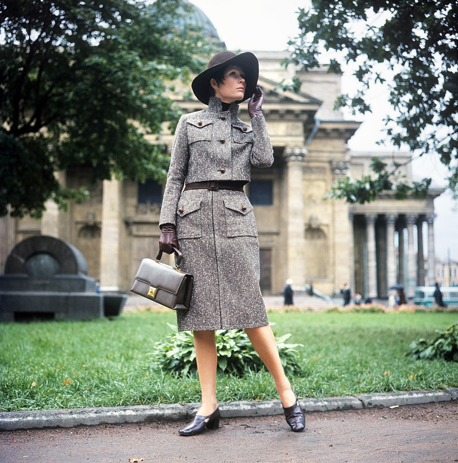 Conjunto de tweed com saia alongada e jaqueta de cintura curta, 1970.