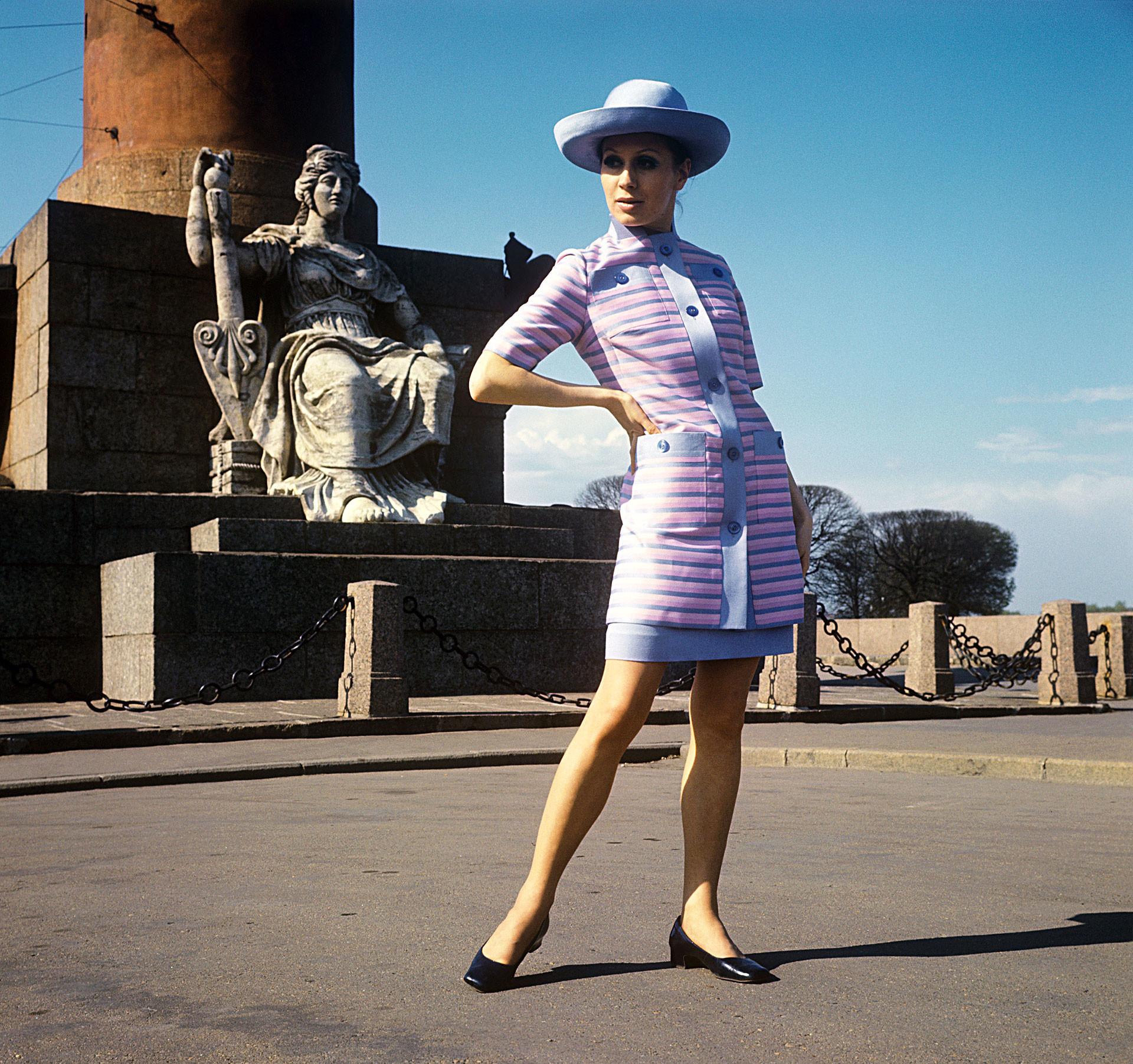 Vestido de verão e jaqueta de seda longa, 1970.