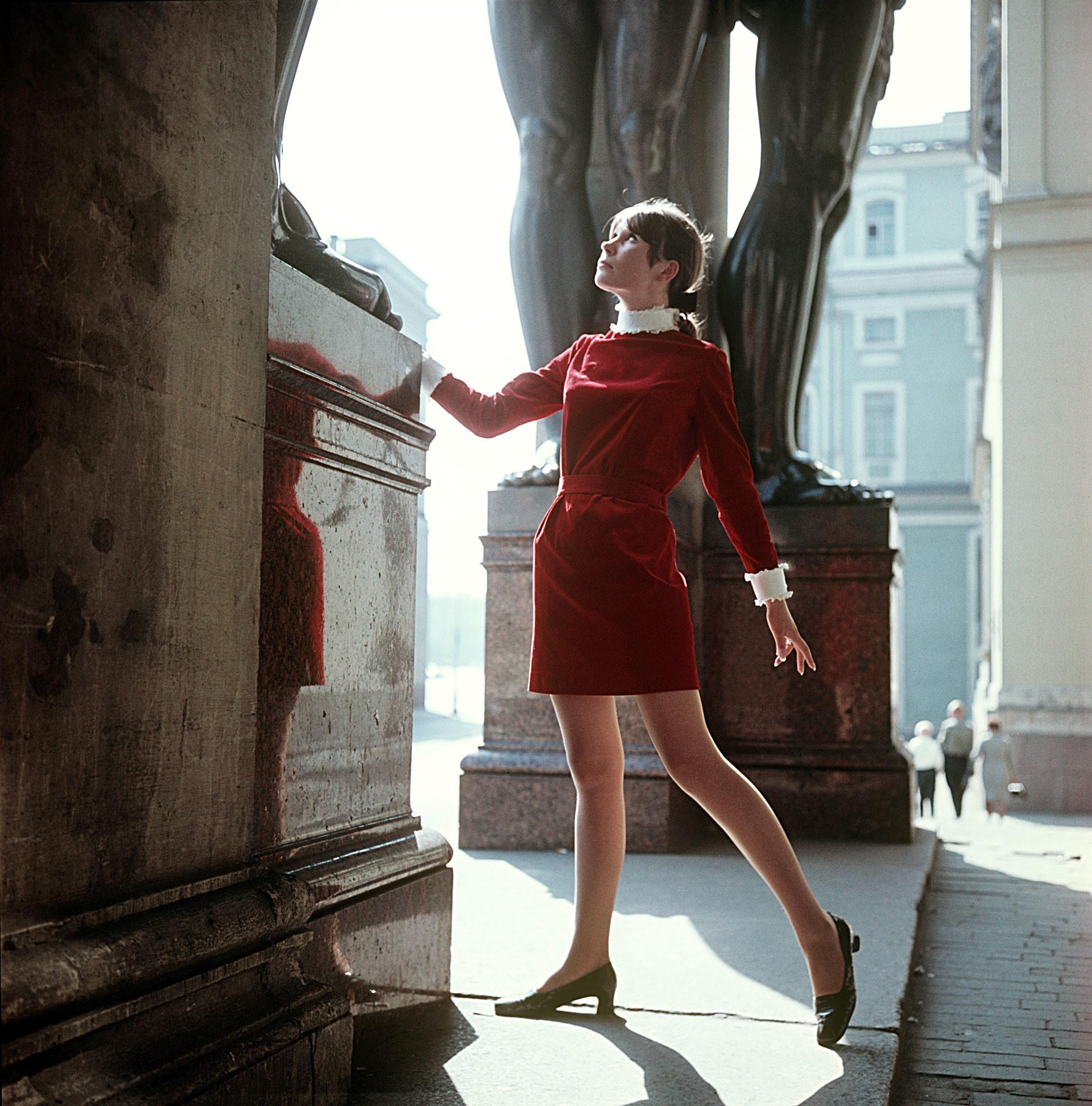 Vestido jovem de veludo vermelho, 1969.