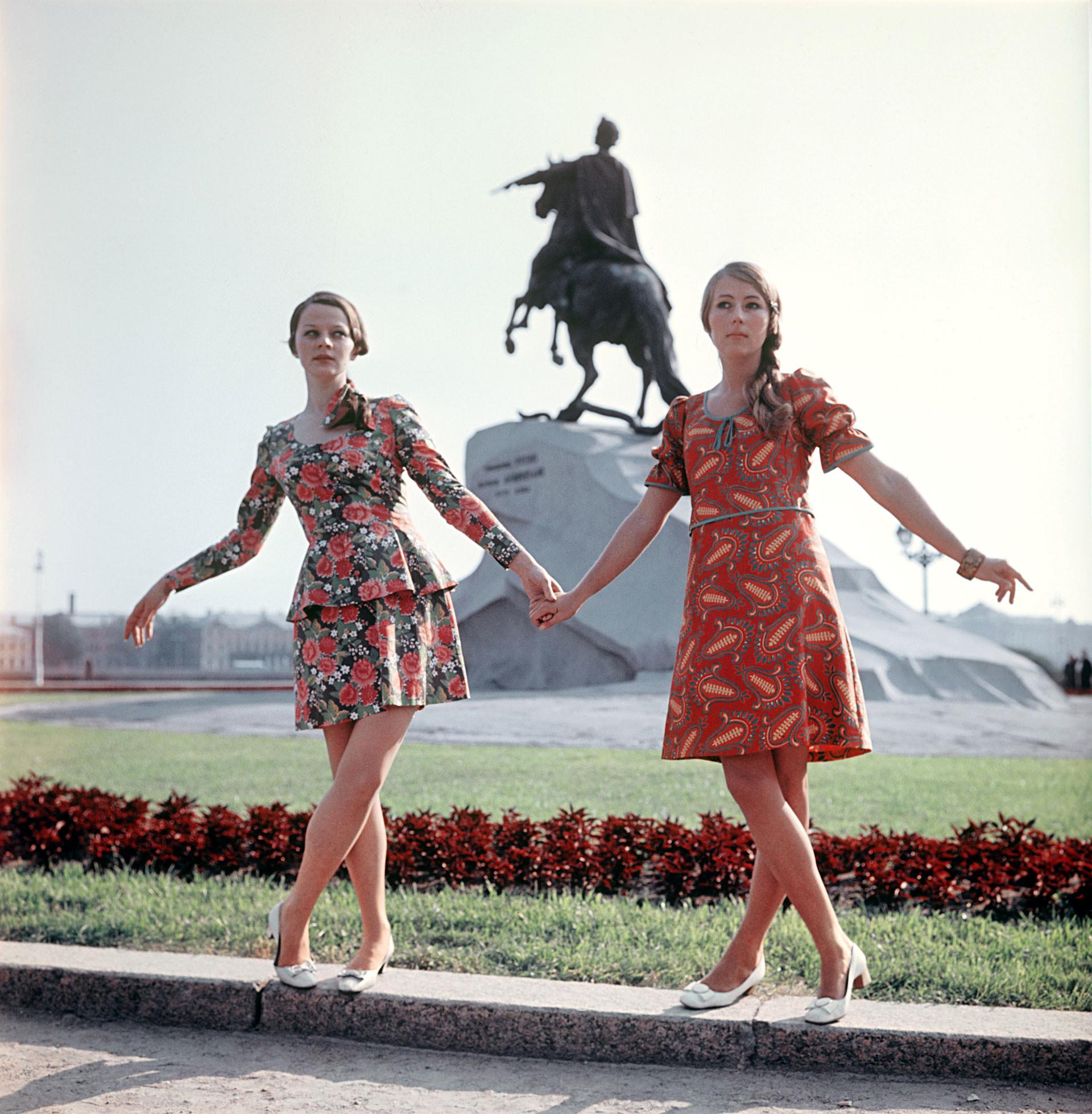 Conjunto e vestido com estampas russas, 1969.