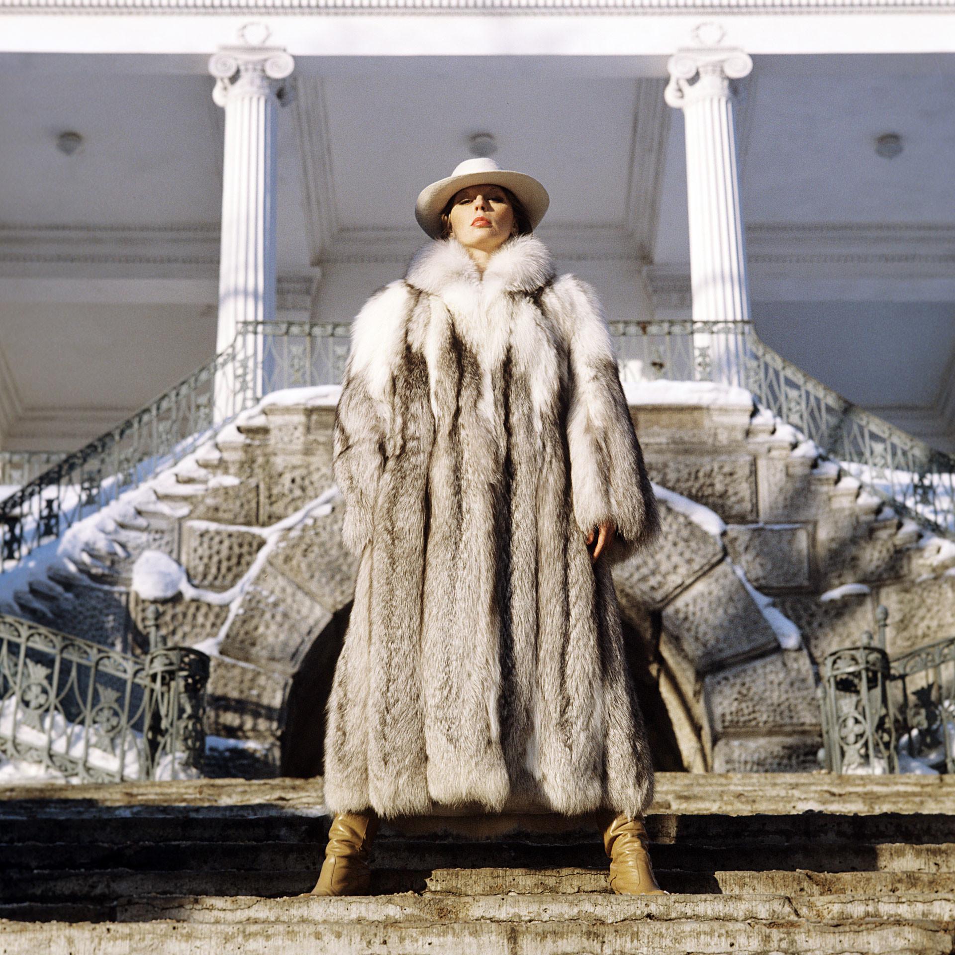 Sobretudo de pele de raposa platinada apresentado na Casa de Modelos de Leningrado, 1982.