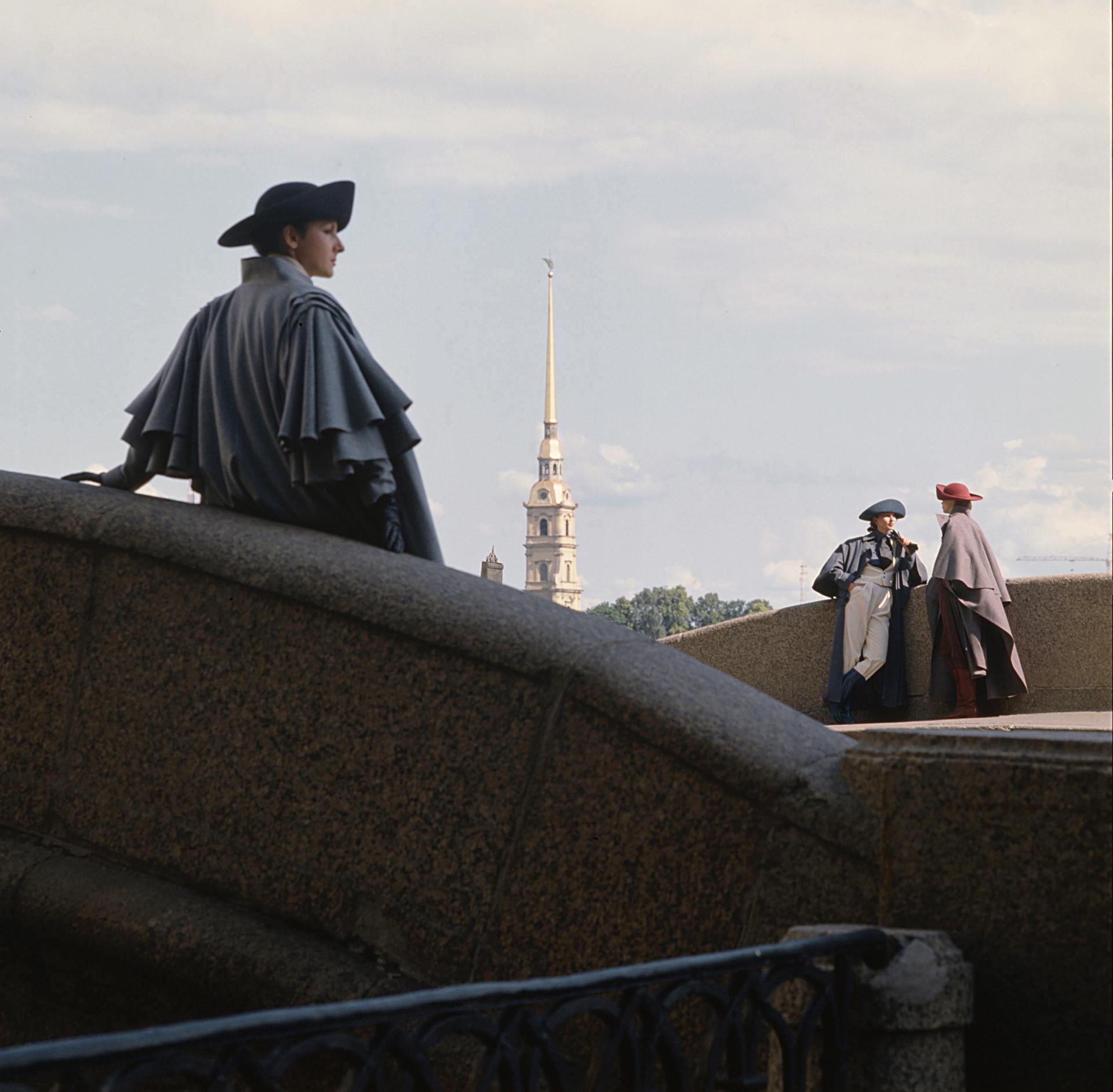 Casa de Modelos de Leningrado apresenta roupas em estilo retrô próximo ao edifício do Almirantado, 1984.