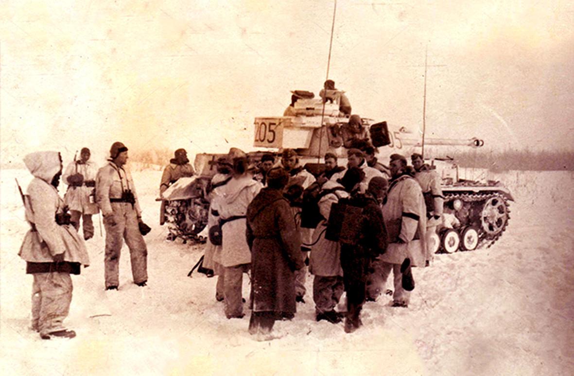Njemački grenadiri i tenk Pz.Kpfw.IV Ausf.F2 na prilazima Lenjingradu.