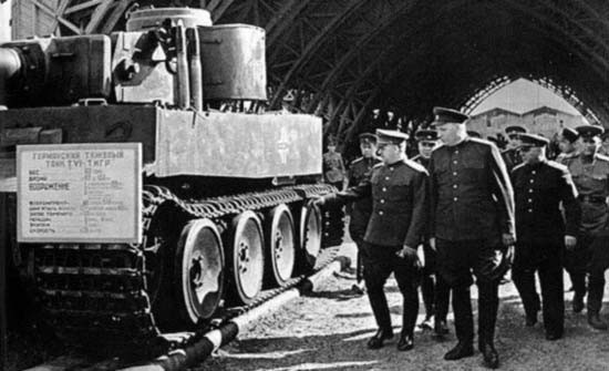 Najviši sovjetski časnici na čelu s maršalom Žukovom obilaze zaplijenjeni teški njemački tenk
