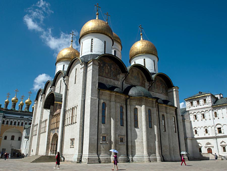 Die Mariä-Entschlafens-Kathedrale auf dem Kathedralenplatz des Moskauer Kremls
