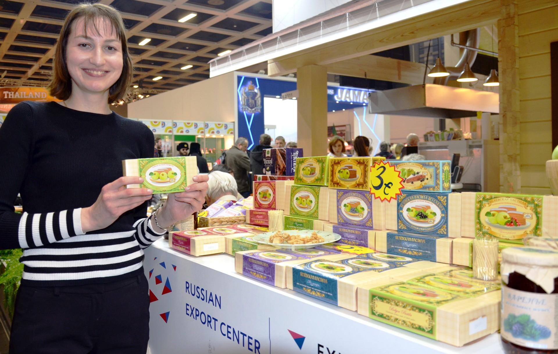 """Diana Jurschewitsch von """"Belewskaja Pastila"""" erläutert, wie diese traditionelle Süßigkeit aus Äpfeln, Eiklar und Zucker hergestellt wird."""