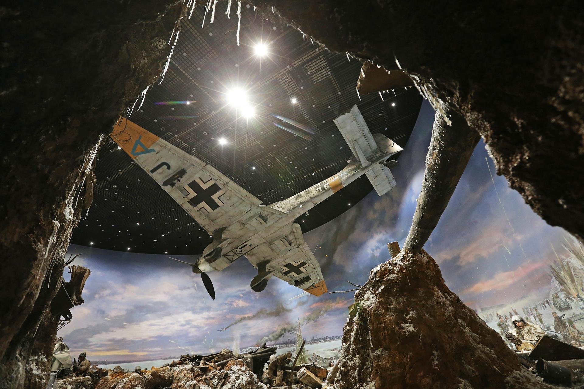 Há até mesmo uma cópia em escala menor de um avião alemão voando sobre a cabeça dos visitantes.