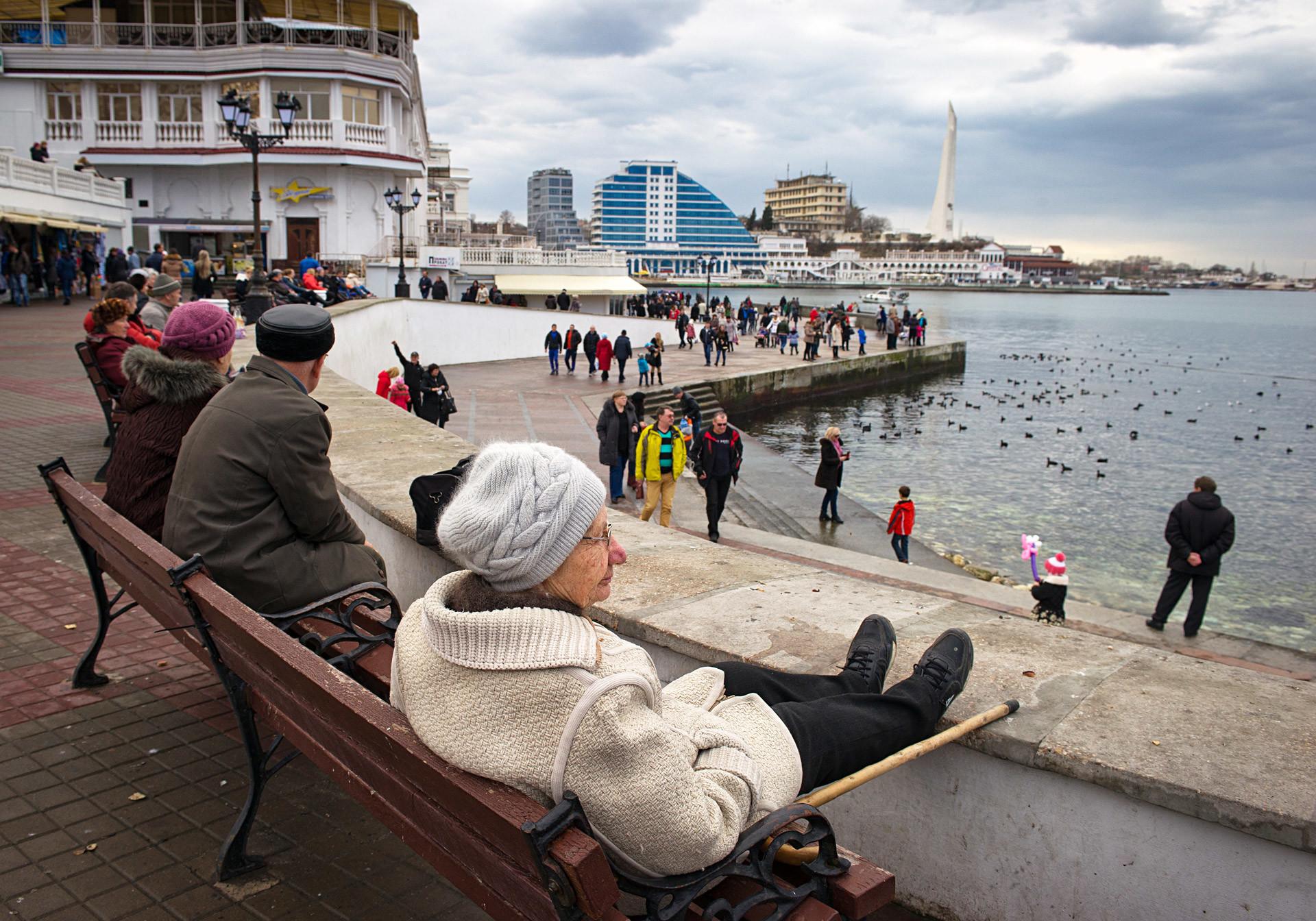 Хора по крайбрежието в Севастопол