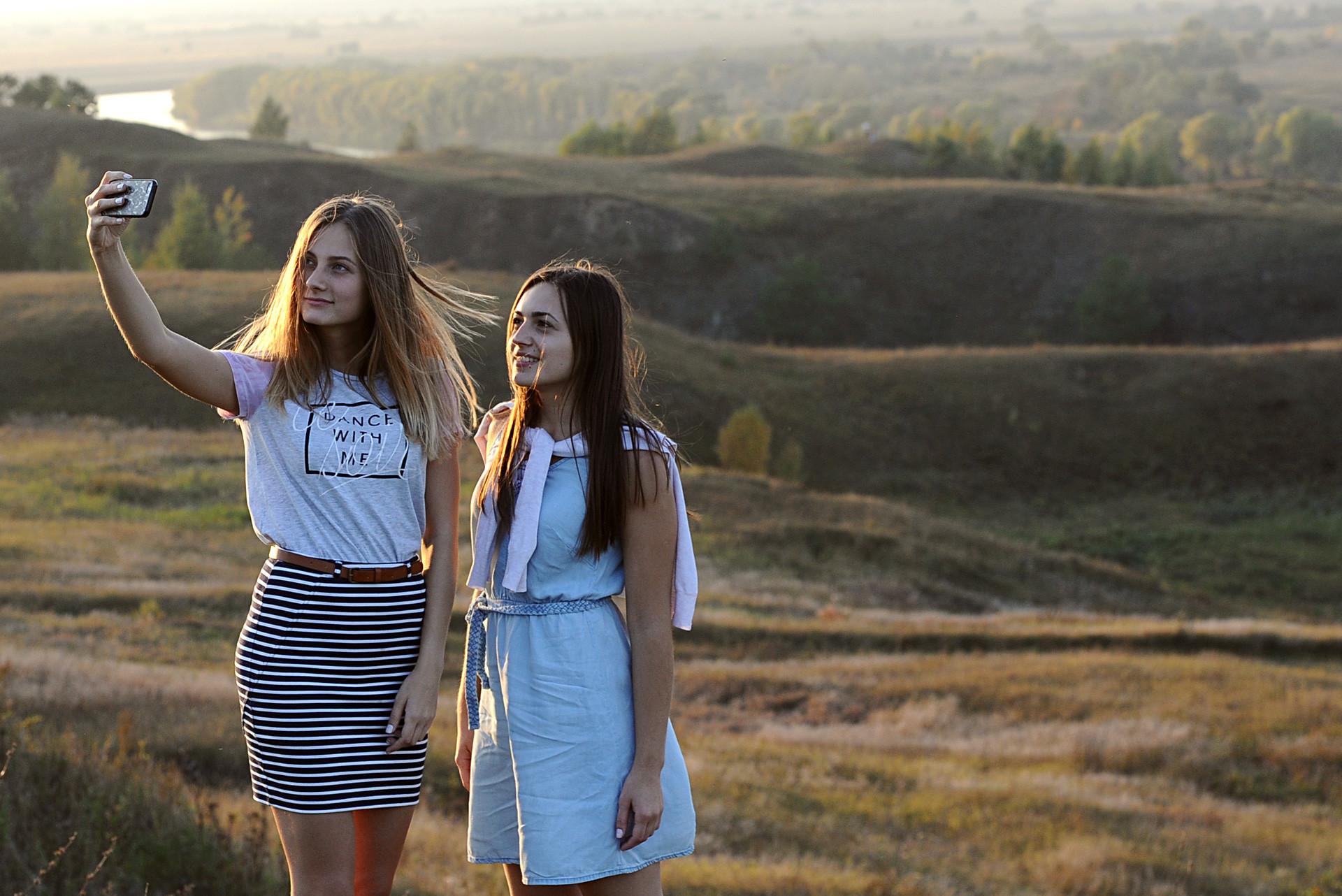 Момичета си правят селфи пред Държавния музей-резерват