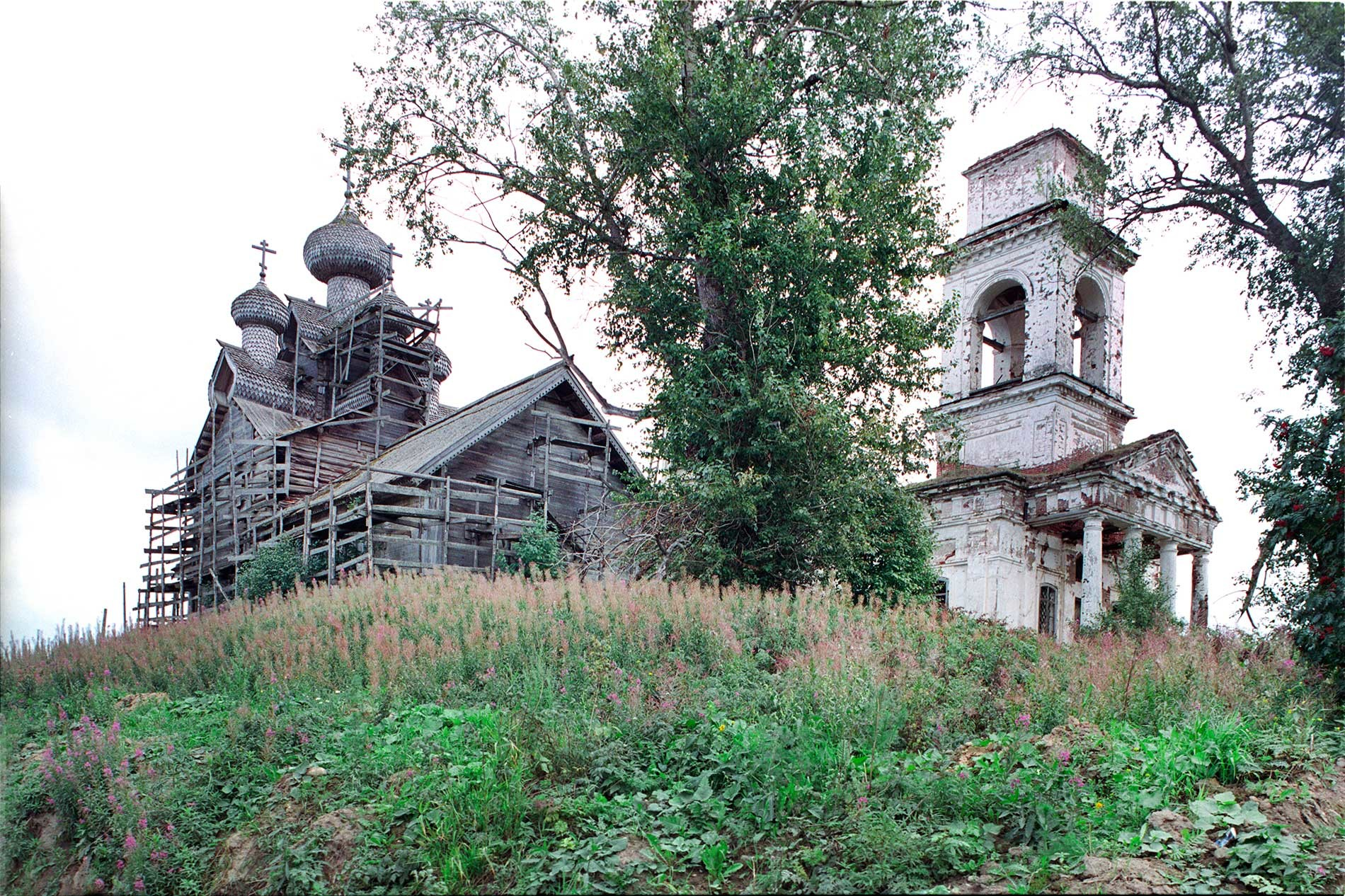 Paltoga. Church of the Epiphany (left)&Church of Icon of the Sign. Northwest view.  Aug. 28, 2006.