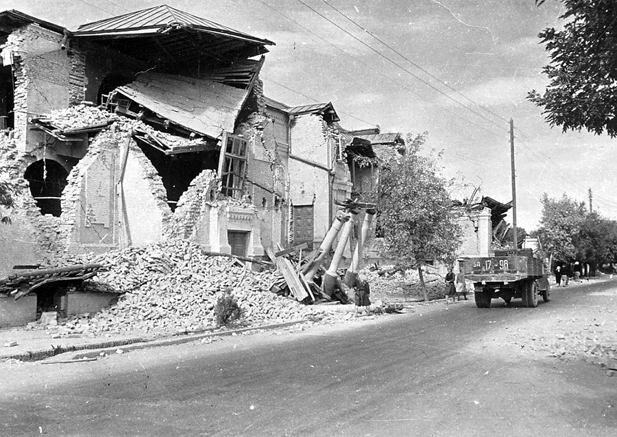 Većina je poginula u ruševinama svojih kuća koje su bile napravljene od nekoliko slojeva gline s krovom.