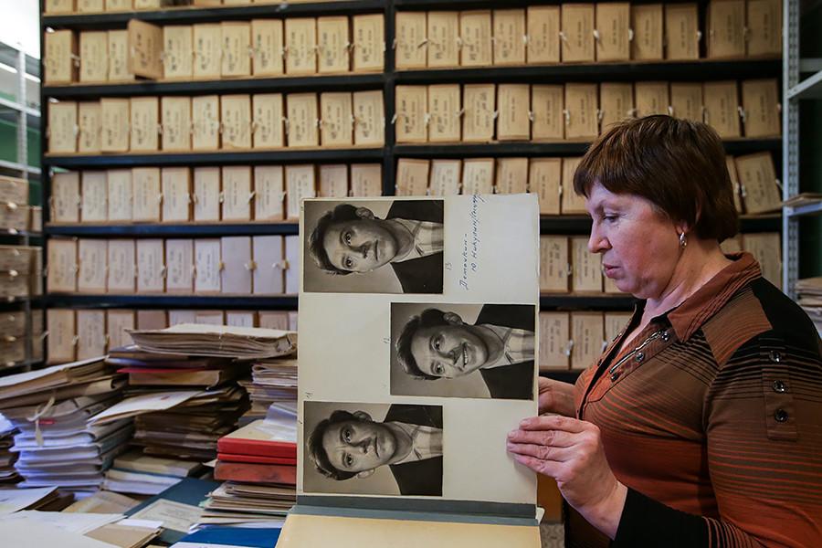 La empleada del archivo de Mosfilm, Irina Vorontsova, muestra fotos de Yuri Nikulin.