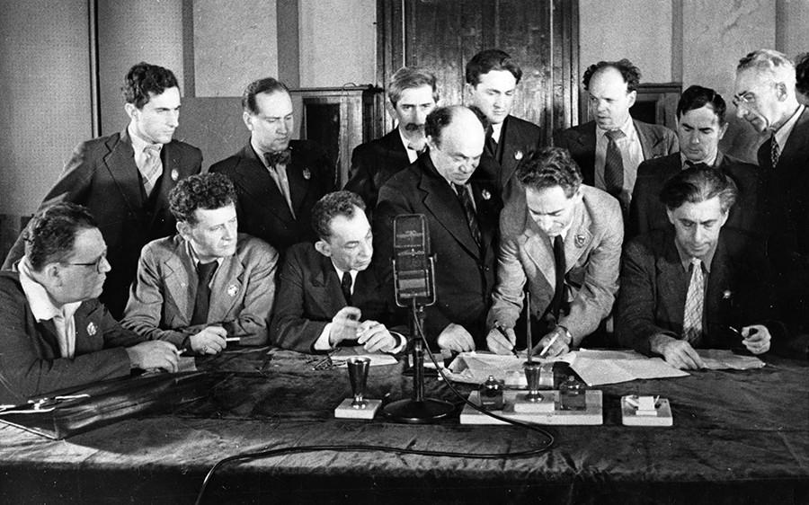 Judovski antifašistični komite, skupina judovskih umetnikov, pisateljev in glasbenikov podpisuje poziv vsem Judom, da se pridružijo boju proti Hitlerju in fašizmu. Mihoels je na sredini.