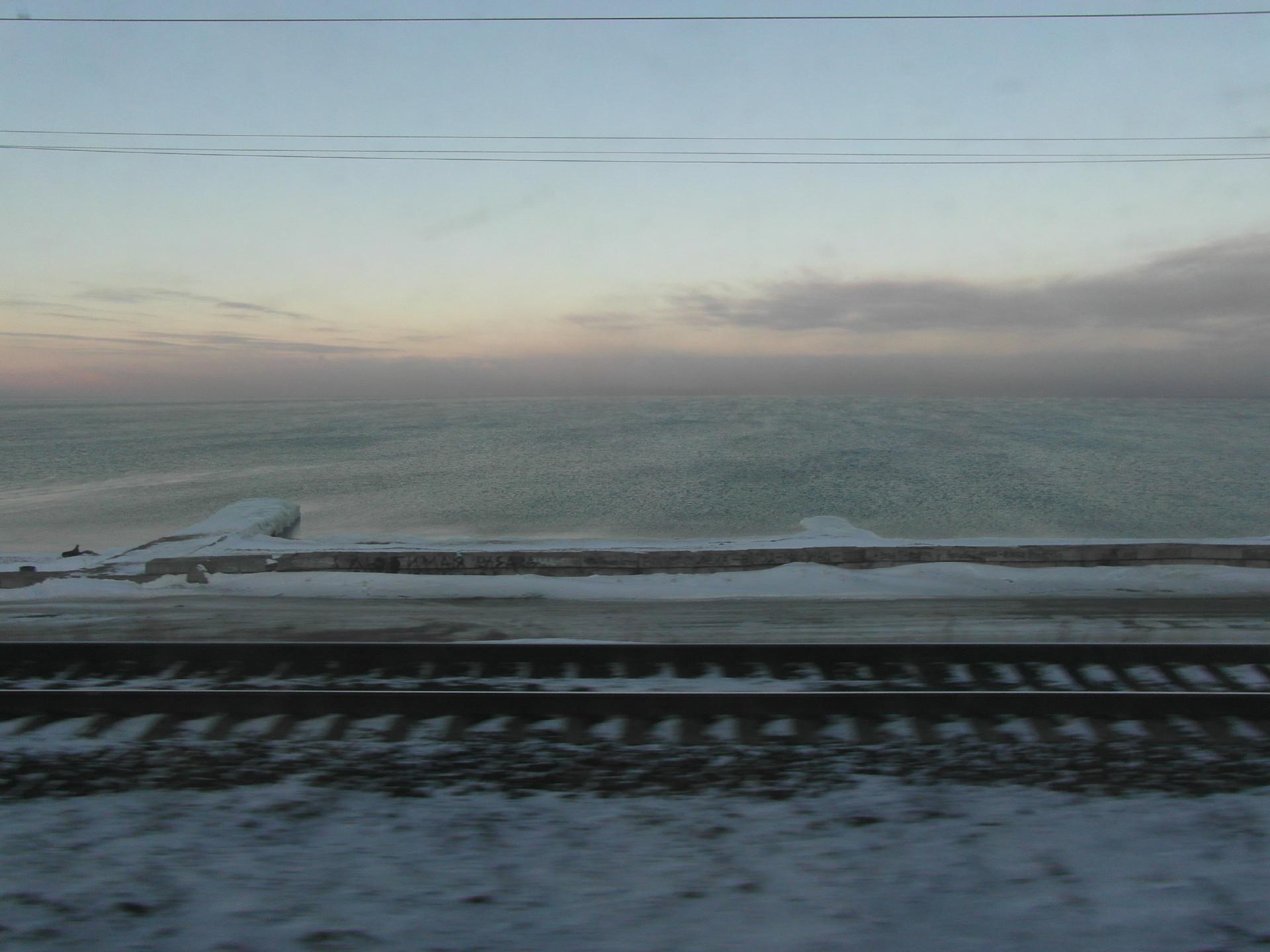 Pagi hari di Danau Baikal. Pemandangan paling indah yang bisa dinikmati selama 30 menit dari enam hari perjalanan Trans-Siberia.