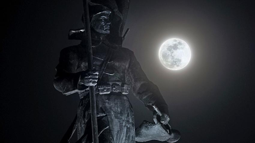 La luna piena splende su un monumento dedicato agli eroi dell'Armata Rossa a Vladivostok, in Russia, mercoledì 31 gennaio 2018