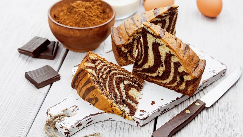 Há duas maneiras de preparar esse bolo: uma versão simples e uma mais sofisticada.