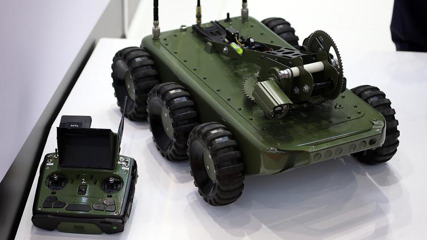 Robô sapador KRMM-06  funciona a até 200 m de distância do operador.