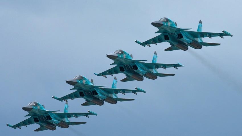 Повеќенаменски ловец-бомбардер Су-34.