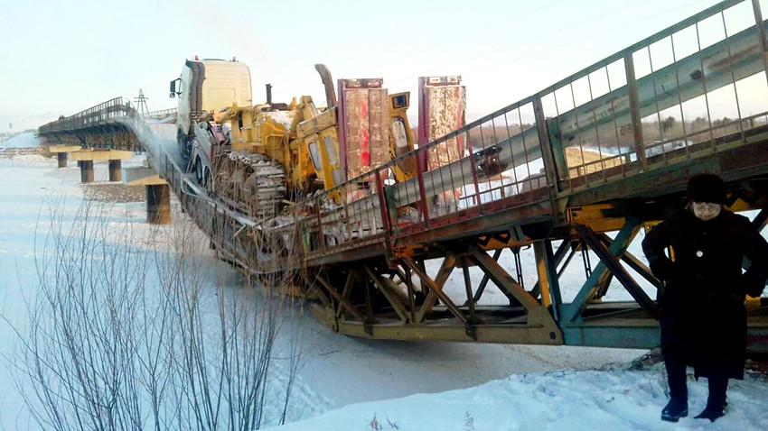 Un camión que cargaba un tractor causó el hundimiento de un puente en la República de Buriatia.