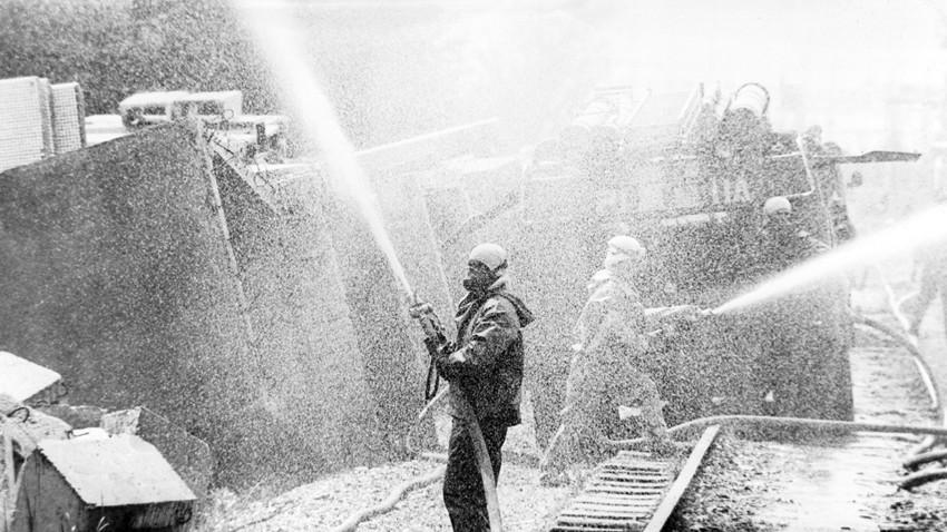 Uni Soviet membenahi lokasi Pembangkit Nuklir Chernobyl dengan solusi dekontaminasi.