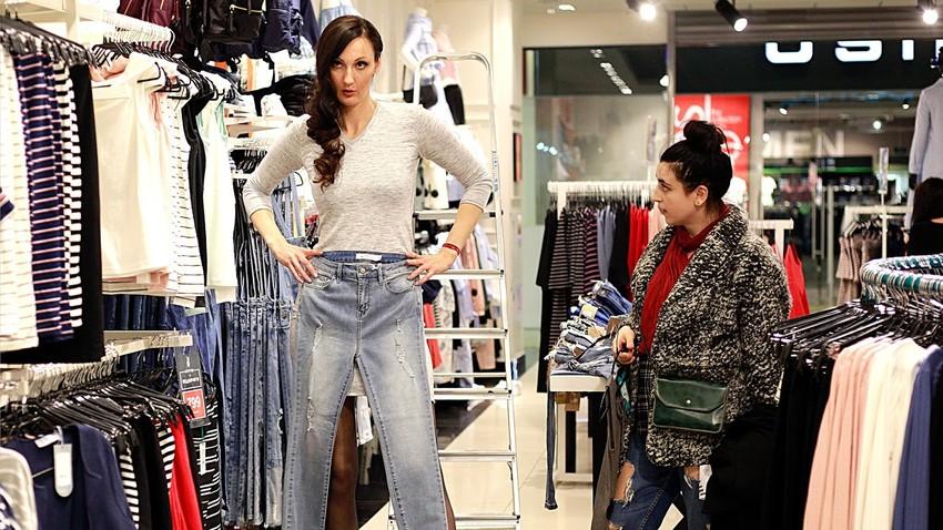 Visoka Ekaterina Lisina ima težave z iskanjem hlač.