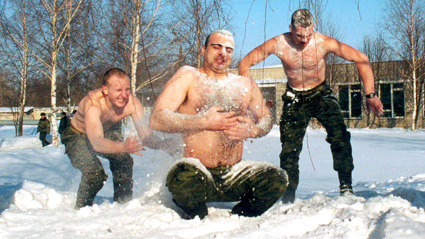 Servicemen of Russian army unit #2050 rub themselves with snow.