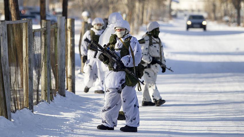 Guardas a postos próximos a escola local após estudante atacar alunos e professor com machado na cidade de Ulan-Ude, na Rússia, em 19 de janeiro de 2018.