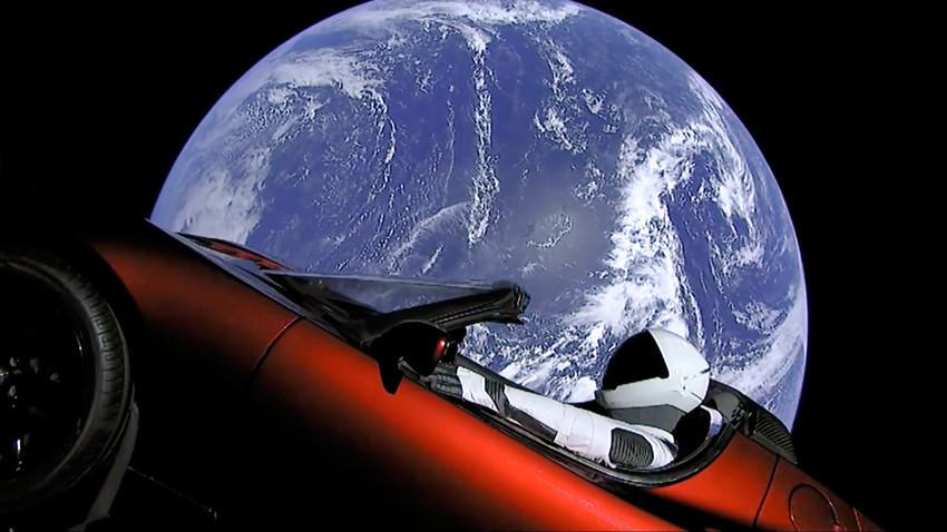 Automóvil eléctrico Tesla en el espacio tras el lanzamiento del cohete Falcon Heavy.