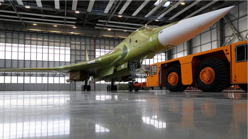Prototip letala Tu-160M2 v hali letalskega proizvajalca Gorbunov v Kazanu.