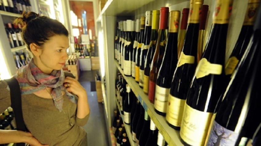 Joven rusa comprando vino.