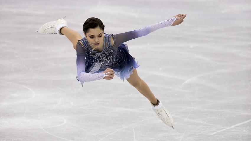 Atlet Olimpiade dari Rusia Evgenia Medvedeva tampil pada Olimpiade Musim Dingin PyeongChang 2018 di Gangneung Ice Arena, Minggu (11/2).
