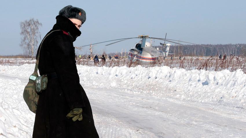 Russischer Beamter bewacht die Ermittlungsarbeiten an der Absturzstelle der AN-148 der Saratov Airlines im Moskauer Gebiet.