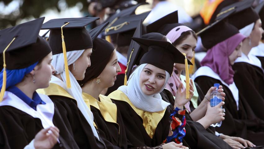 Para wisudawati dari Universitas Negeri Chechen menghadiri upacara wisuda di Grozny, ibu kota Republik Chechnya, Rusia, 14 Juli 2016.