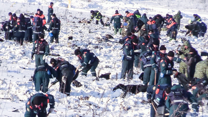 Preiskovalci na delu na mestu strmoglavljenja letala v Ramenskem rajonu, Moskovska pokrajina