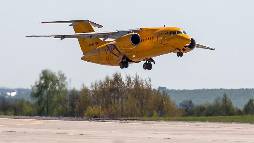 En esta foto tomada el sábado 6 de mayo de 2017, el avión de la aerolínea rusa Saratov Airlines An-148 con número de identificación RA-61704 aparece en una pista de aterrizaje del aeropuerto internacional Domodédovo, en las afueras de Moscú, Rusia.