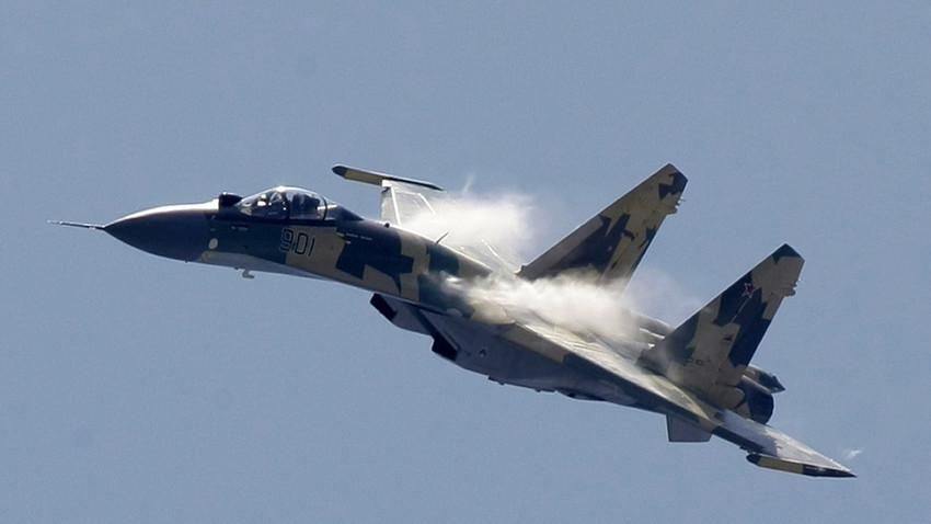 Su-35 memiliki kemampuan manuver yang tinggi dan dilengkapi dengan sistem senjata canggih yang membuat pesawat ini memiliki kemampuan tempur yang luar biasa.