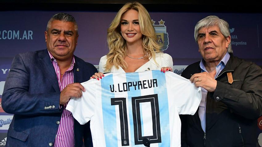 El Presidente de la Asociación del Fútbol Argentino Claudio Tapia y el Presidente del Independiente Hugo Moyano entregaron a Lopyreva la camiseta del equipo nacional.