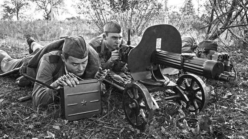 """Совјетска посада на митраљезу """"Максим""""."""