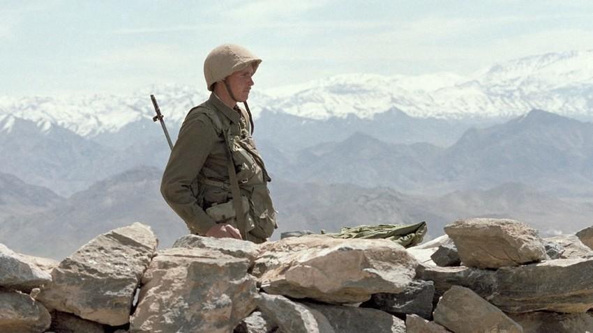 Съветски войник в Афганистан, 1988.