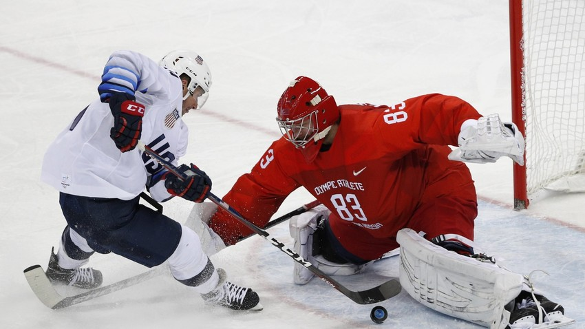 Амерички хокејаш Брок Литл и руски голман Василиј Кошечкин на мечу Зимске олимпијаде 2018. у Пјонгјангу.