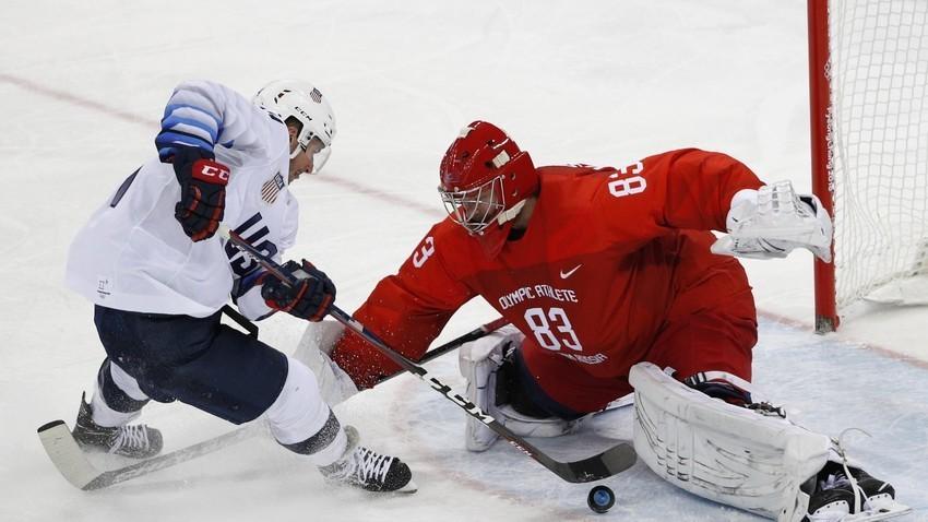 Американскиот хокеар Брок Литл и рускиот голман Василиј Кошечкин на натпреварот на Зимската олимпијада2018 во Пјонгчанг.