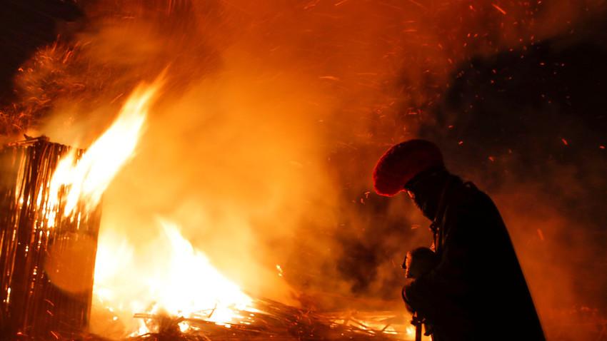 Artista alemão Vinogradov durante performance de queima de instalação em Nikola-Lenivets