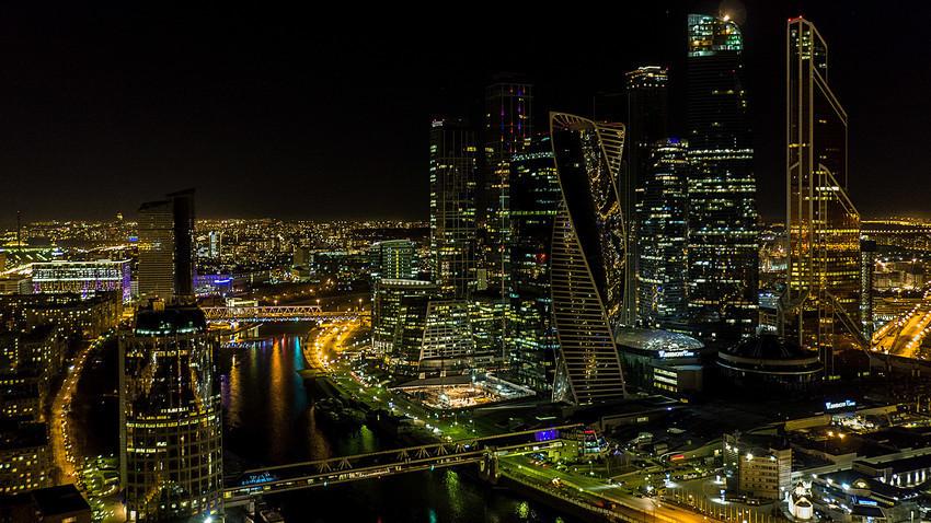 Поглед на меѓународниот деловен центар Москва Сити откако светлата беа исклучени за Часот на Земјата во 2017 година во Москва.