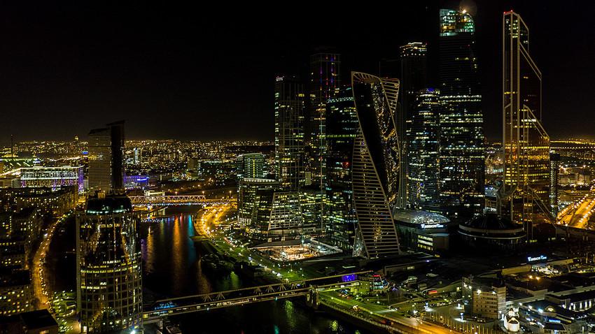 Centro empresarial Moscow City com luzes apagadas durante Hora do Planeta 2017